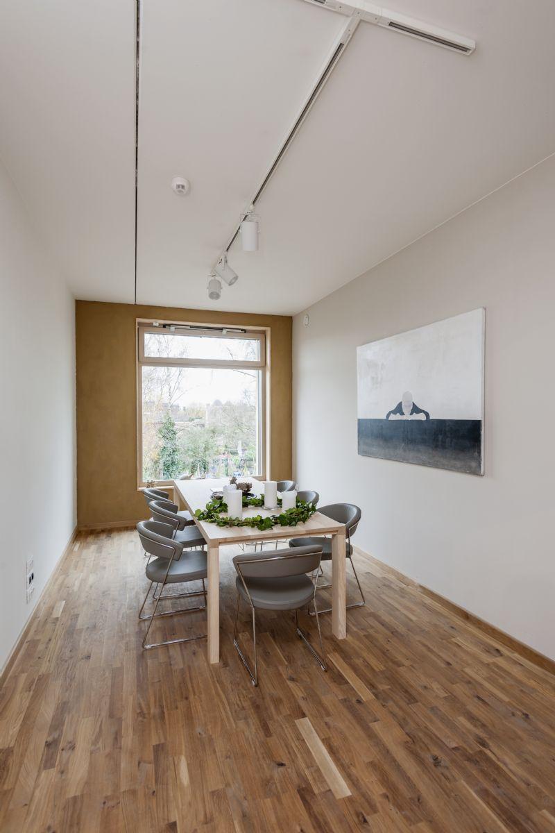 Grote ramen in de showroom, de kantoren en de vergaderruimtes zorgen voor een intensief contact met de buitenwereld. (Foto: Marc Sourbron)