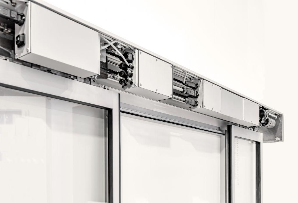 Met het PECdrive automatisch schuifdeursysteem, zet GEZE een nieuwe standaard op het gebied van functionele- en onderhoudskwaliteit in extreme omgevingsomstandigheden.