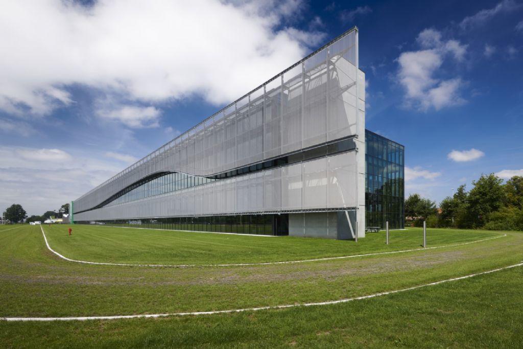 Imposante façade geeft FACQ-showroom in Merelbeke unieke aanblik