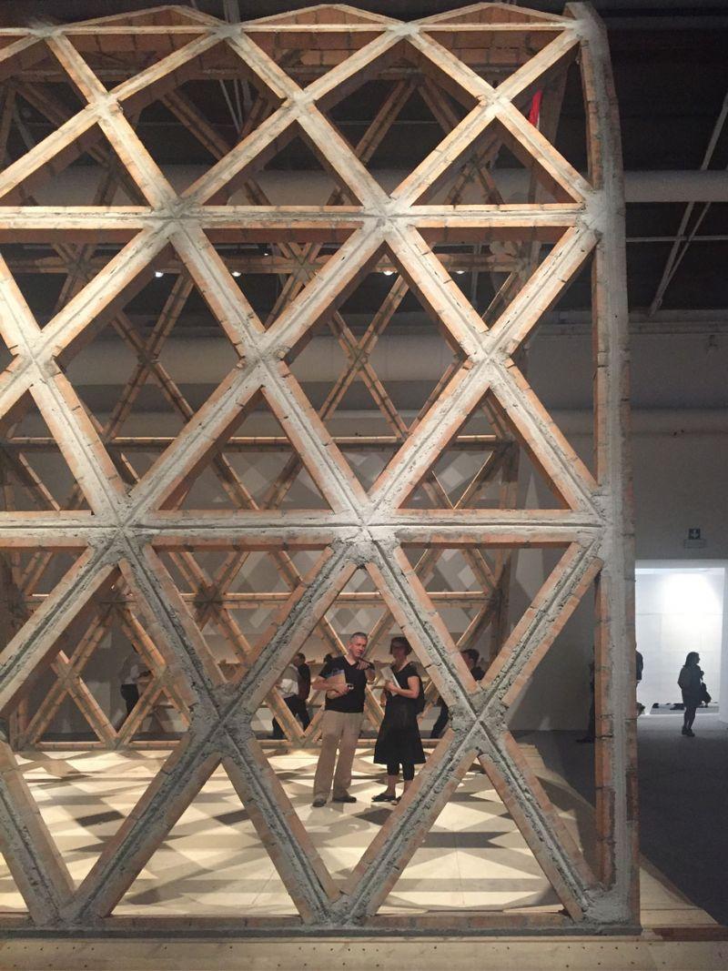 Gabinete de Arquitectura kreeg een Gouden Leeuw voor een tentoonstelling die demonstreerde wat er kan worden verwezenlijkt met het gebruik van de twee meest beschikbare hulpmidellen, namelijk stenen en ongekwalificeerd werk