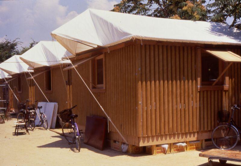 Een papieren boomstammen huisje gebouwd in 1995 in Kobe, Japan.
