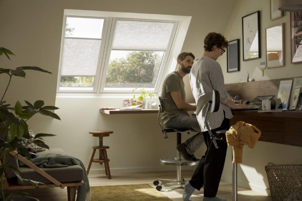 VELUX annonce deux nouveautés pour l'été : une nouvelle fenêtre de toit 2en1 et une nouvelle application