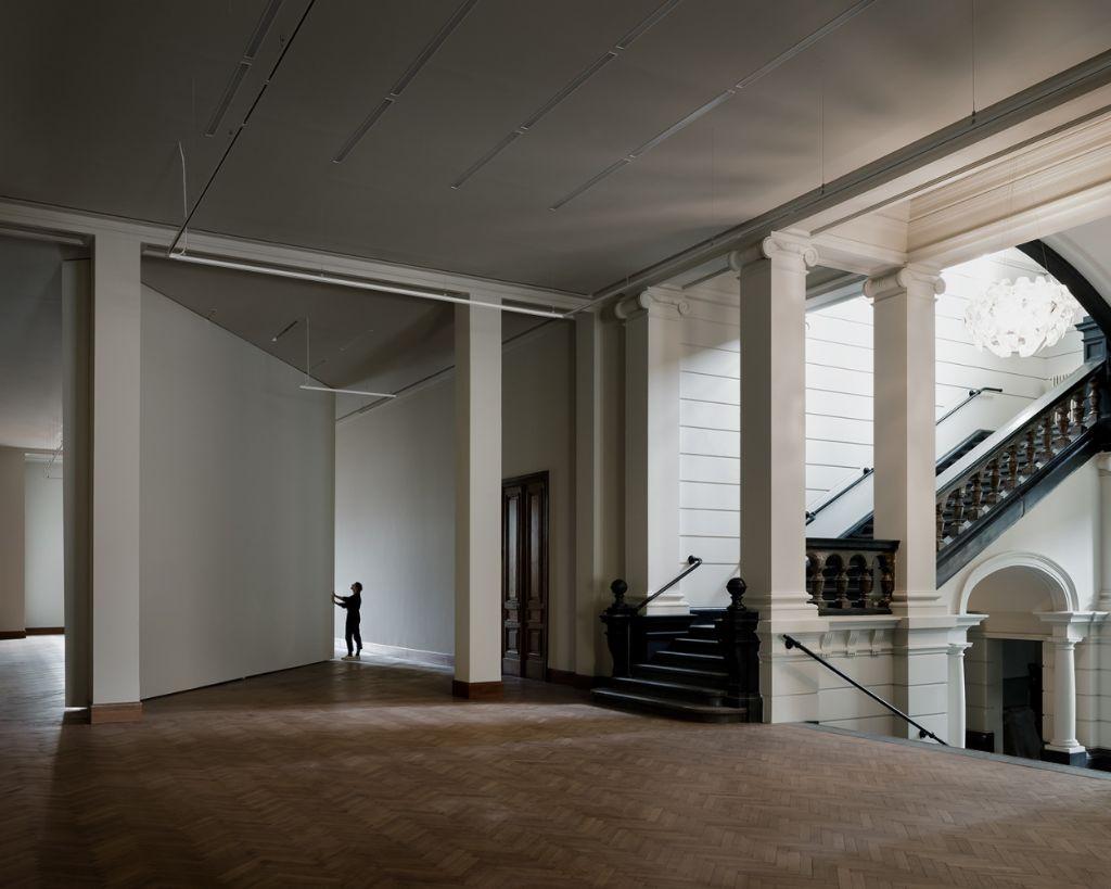 """""""De vijf en een halve op negen meter grote, pivoterende muur op de eerste verdieping kan draaien om logistieke doorstroom en de toegang van kunstwerken en grote objecten tot de brede kunstlift te faciliteren."""""""