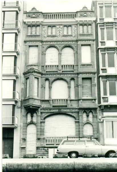Middelkerke: villa Cogels was de grootste villa op de zeedijk. Foto van de toestand in de jaren '70. Enkel de voorgevel bleef behouden.