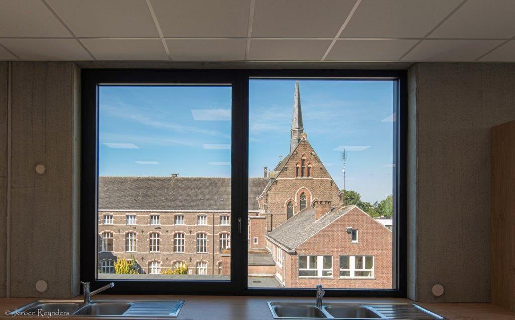 Door de nieuwbouw haaks tussen het bestaande collega en de sporthal te plaatsen, komt het historische gebouw nog beter tot zijn recht.