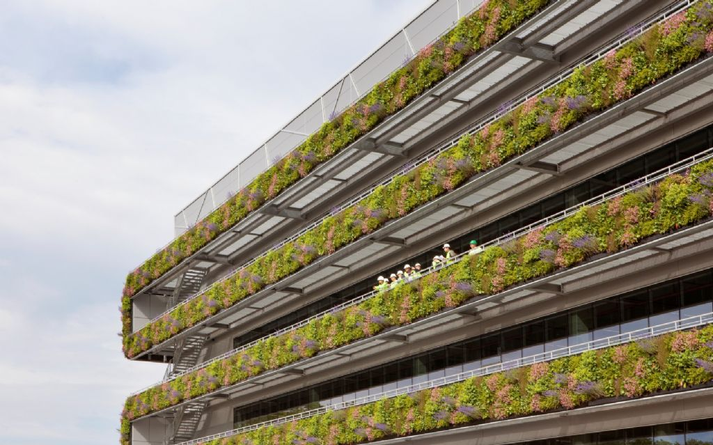 De uitkragende balkons dragen niet enkel de gevel, maar fungeren ook als buitenruimte voor het personeel.