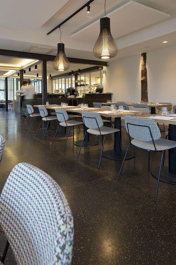 De vloer van restaurant Tero in Waver bestaat uit donkere tinten en goudkleurige stenen van Bealstone.