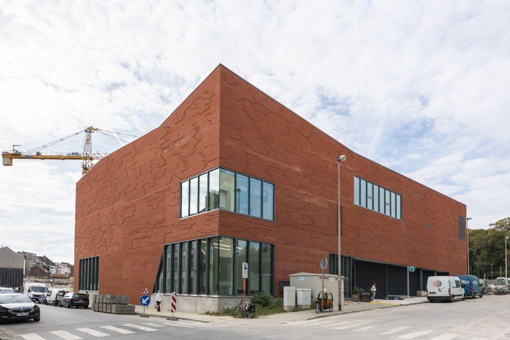 Amper één jaar en vier maanden na de eerstesteenlegging zijn de lokalen van de secundaire school, de openbare bibliotheek van de gemeente Koekelberg, het gemeenschapscentrum De Platoo en Chiro Sint-Anneke gebruiksklaar.