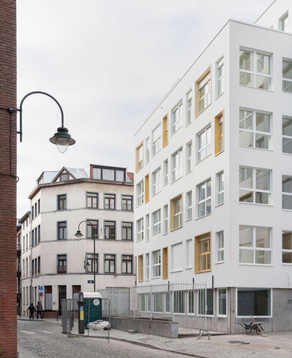 Statig kantoorgebouw herbestemd tot dynamisch onderwijscentrum door OSK-AR architecten