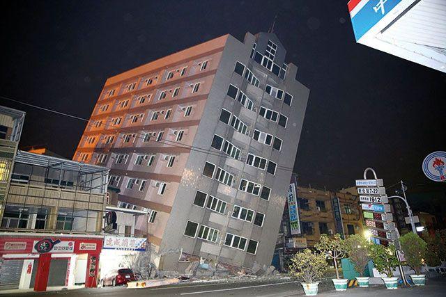 Appartementsgebouw waarvan de funderingsplaat gekanteld is ten gevolge van de liquefactie en de daaropvolgende verzakking van de grond tijdens de aardbeving in Taiwan van februari 2016.