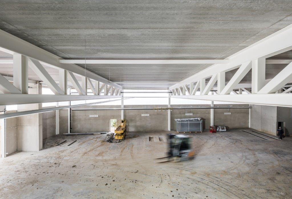 Het servicecenter heeft een gemengde beton-staalstructuur.