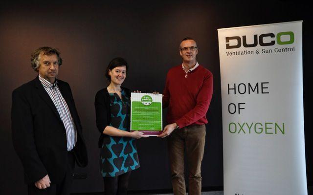 Duco's HR-manager Filip Lamote ontvangt het ambassadeurschap uit handen van Nathalie Colsoul (VLAB) en Luc Rosseel (Oesterbank)