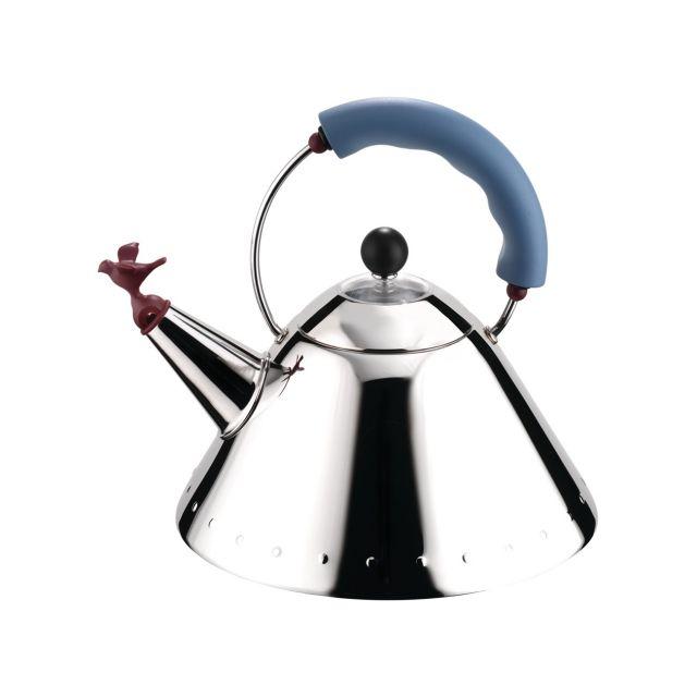 De Whistling Bird Teakettle is één van de vlaggenschepen van Alessi en betekende voor Graves in 1980 de overstap naar de designwereld.