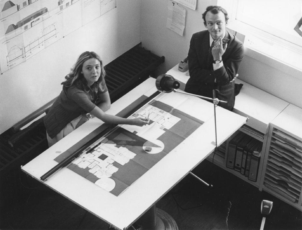 Claire Bataille en Paul ibens aan de tekentafel met een ontwerp voor het klooster 'Zusters der Heilige Familie' in Brecht, 1968, Collectie Vlaams Architectuurinstituut   Collectie Vlaamse Gemeenschap