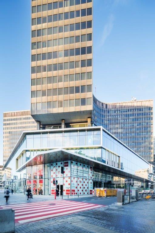 De vernieuwde sokkel van het Muntcentrum geeft het geheel op straatniveau een herkenbare identiteit. (Beeld: Nathalie Van Eygen)