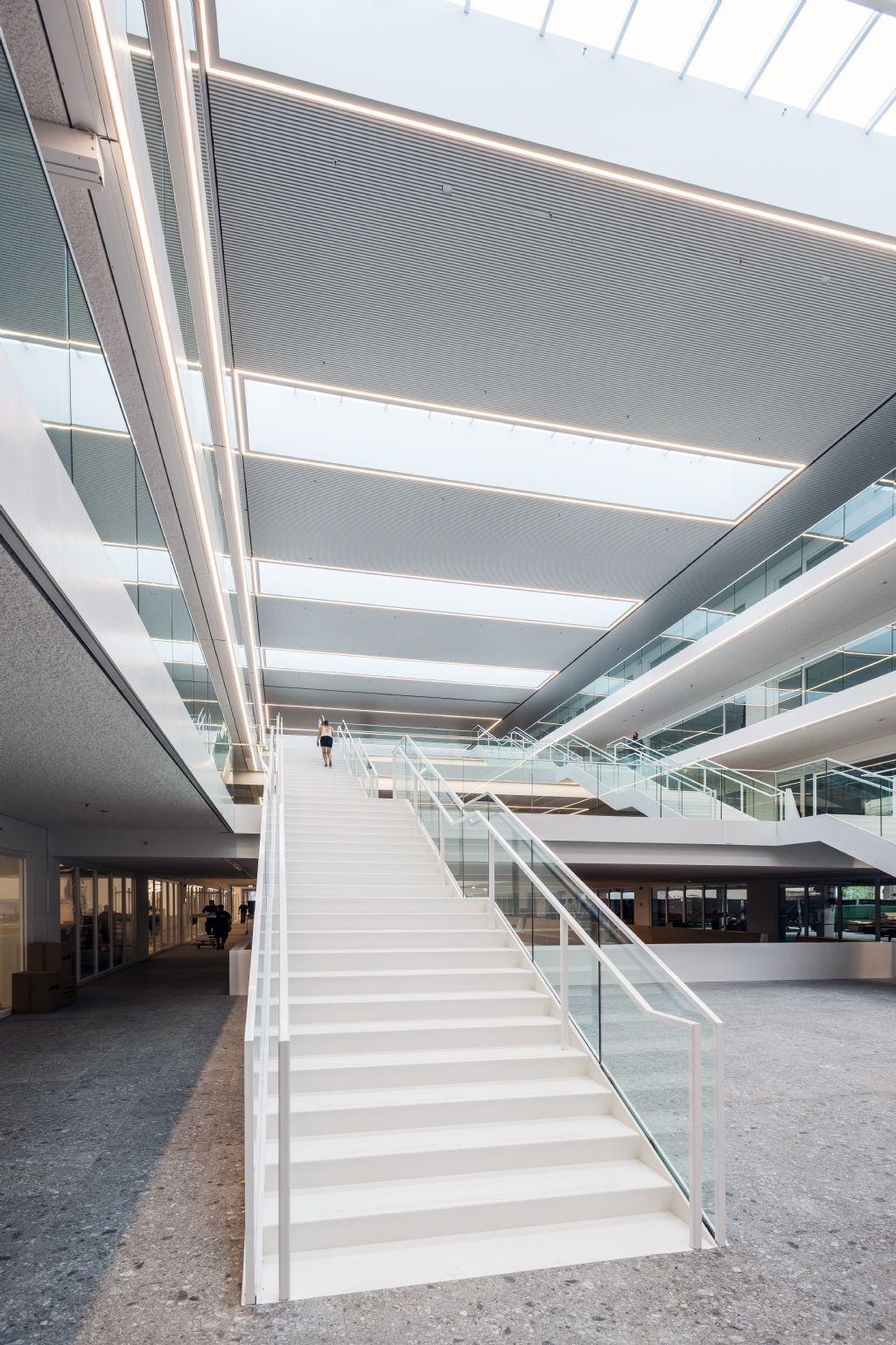 De heldere vormgeving versterkt het effect van de riante natuurlijke lichtinval, net als de open zichtlijnen die zich overal in het gebouw manifesteren.