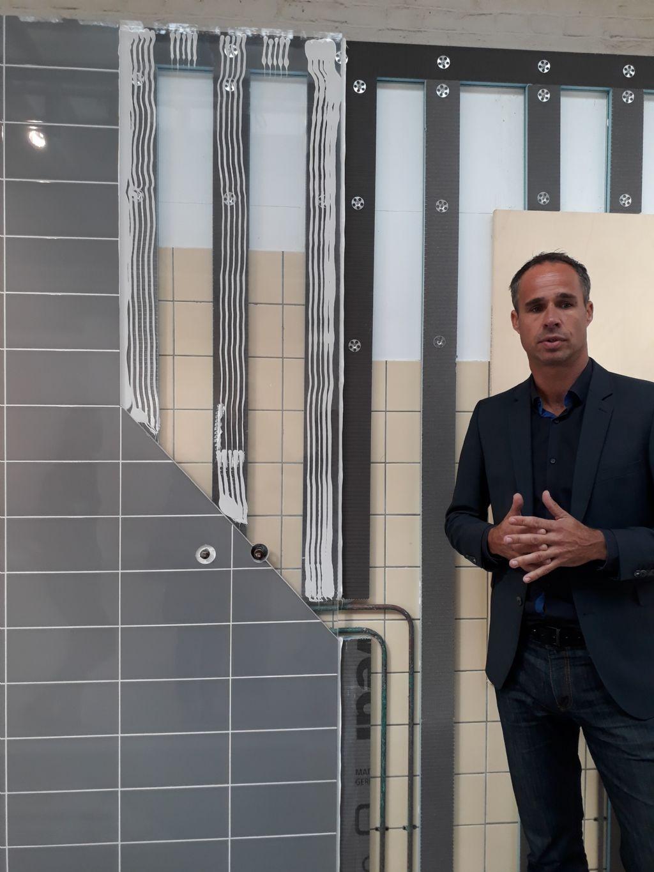 """Mark Jansen explique le concept des """"Mosa Panels"""" pour une rénovation rapide et efficace de salles de bains dans les logements sociaux."""