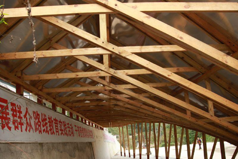 Onder het dak blijft het frame zichtbaar.