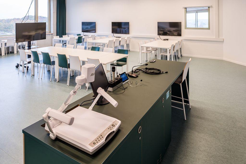 De onderwijstoren strekt zich uit over drie verdiepingen en biedt een antwoord op het tekort aan kleine leslokalen. (Beeld: KU Leuven - Geert Vanden Wijngaert)