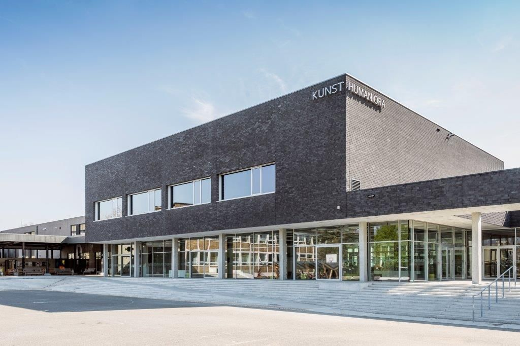"""Hilde Crevits: """"Scholen van Morgen zit op kruissnelheid. Dit jaar alleen al worden zo'n honderd DBFM-projecten opgeleverd, een absoluut record."""" (Foto: Provinciale Kunsthumaniora Hasselt, Marc Sourbron)"""