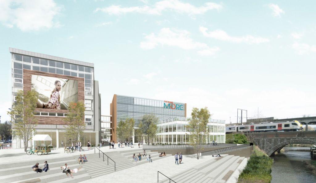 De nieuwbouw komt tussen het huidige gebouw (links) en de spoorlijn te staan.