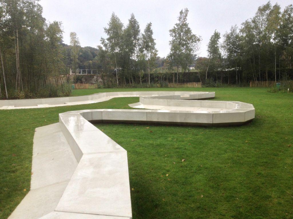 Zoom sur le banc conçu par l'architecte belge Inessa Hansch.
