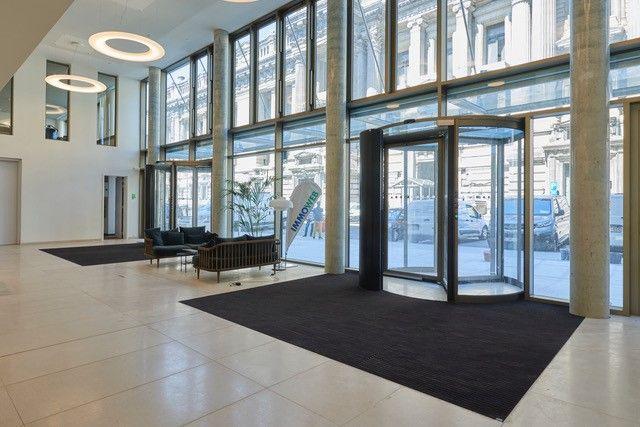 L'immeuble Tweed muni de tapis d'entrée durables emco