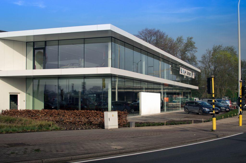 Gloednieuwe BMW-concessie blinkt uit met bijzondere glas-aluminiumgevel