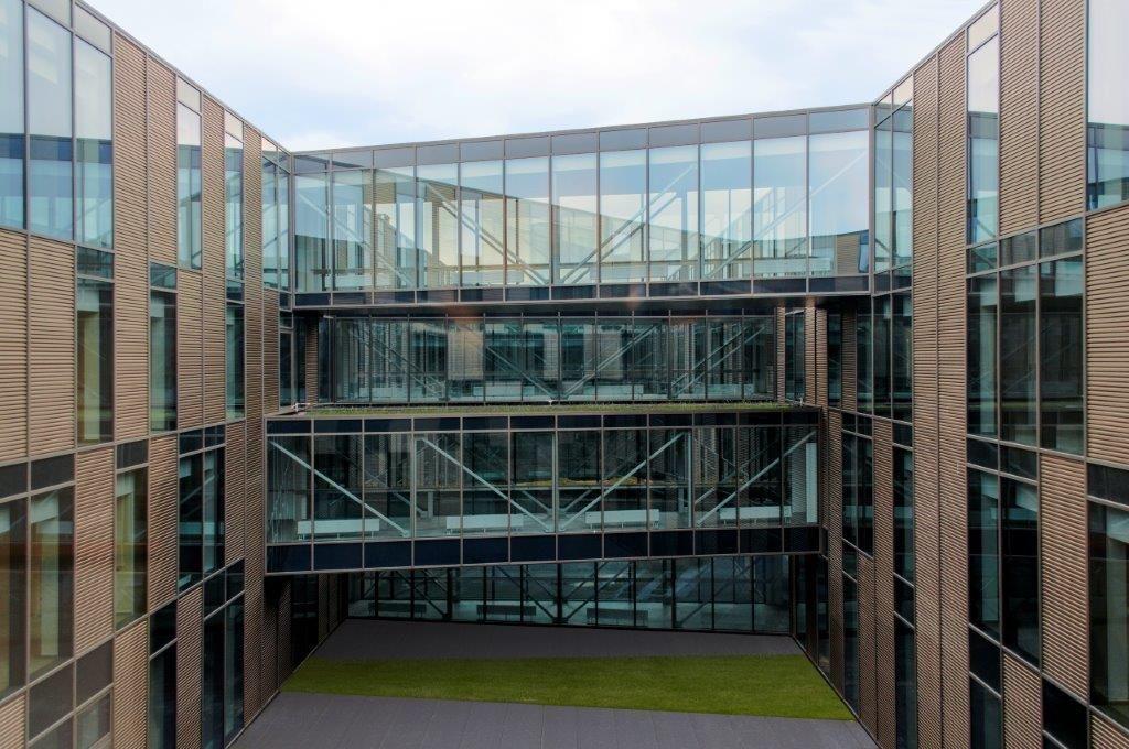 Conceptueel gezien is WZC Filfurdo opgevat als een uitgeholde rechthoek met één grote binnentuin, die in drie stukken wordt gesneden door transparante vakwerkbruggen. (Beeld: ASSAR LLOX ARCHITECTS)