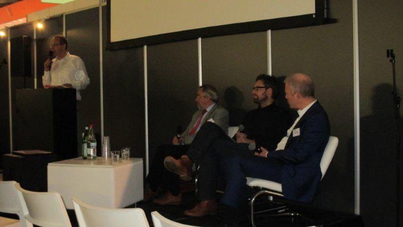 Rik Neven (uiterst links) modereerde het debat. Guy Tegenbosch (journalist), Christophe Cousaert (VIPA) en Jorden Goossenaerts (Conix-RDBM) leverden stof tot nadenken.