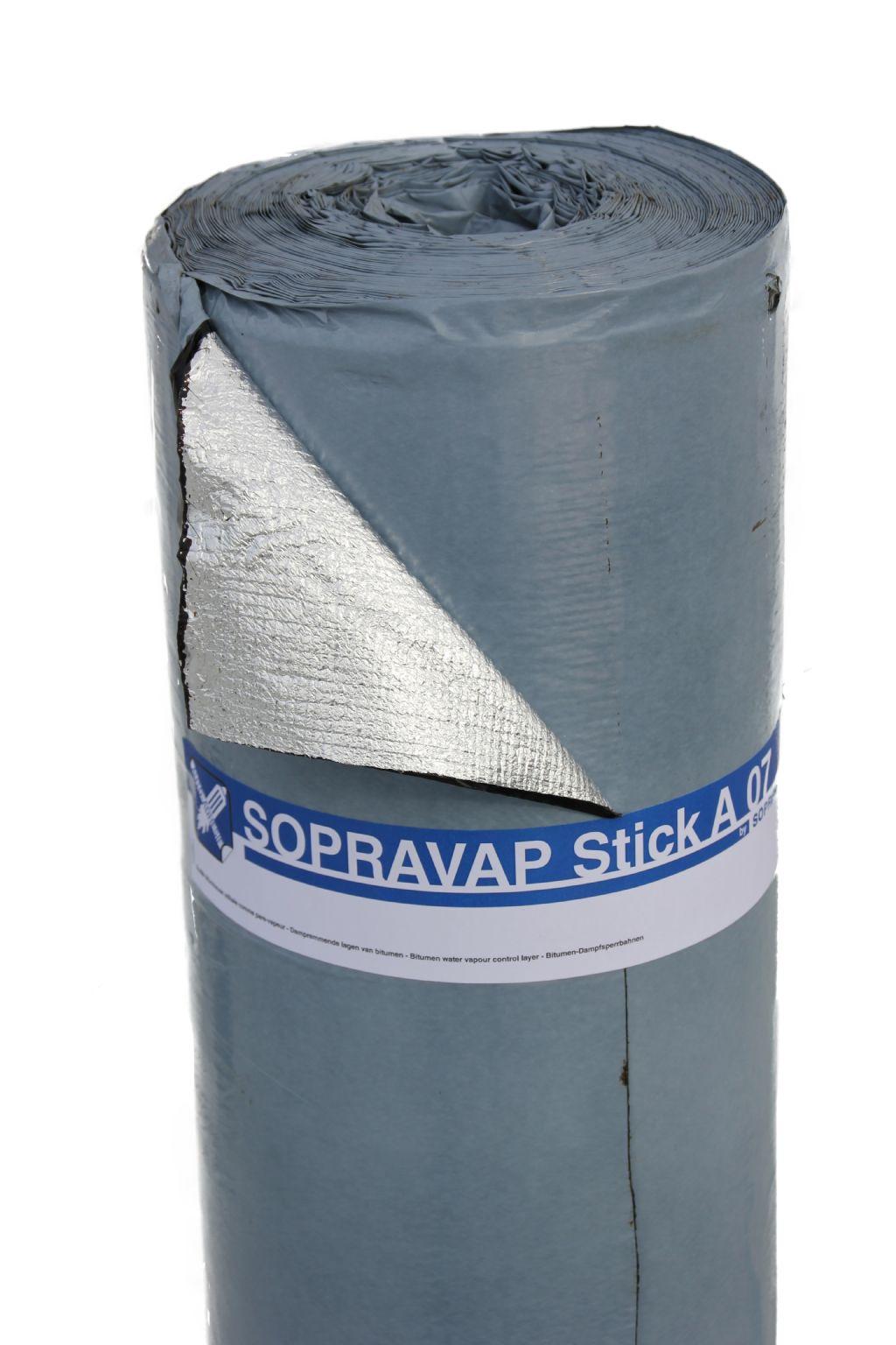 Zelfklevende bitumen dakbanen zijn aan de onderzijde steeds voorzien van een wegtrekfolie. De afwerking aan de bovenzijde hangt af van de toepassing. (Foto: Soprema)