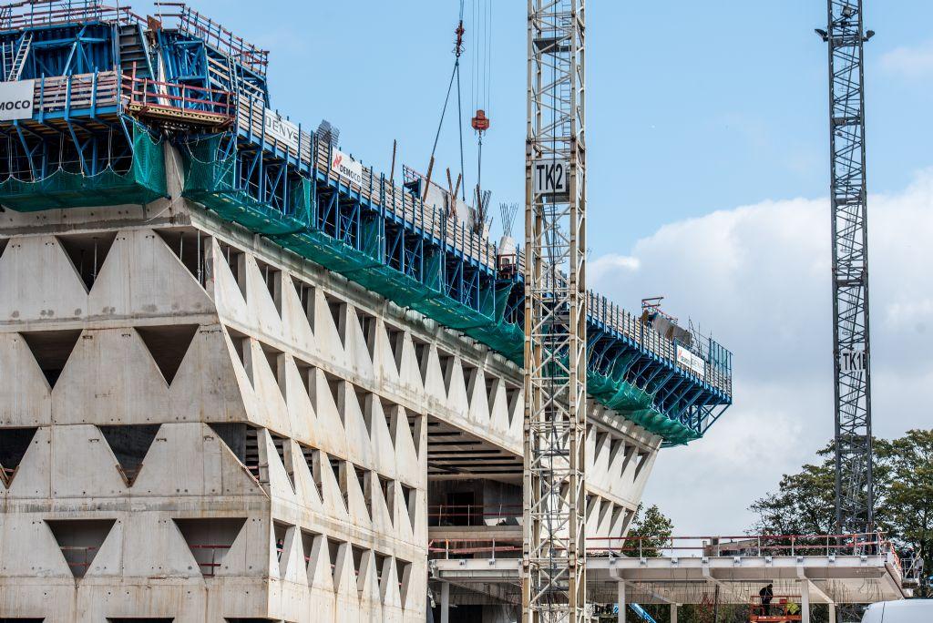 Het bouwproject is grotendeels opgevat als een afgewerkte ruwbouw, zodat de binnenzijde met zichtbeton wordt uitgerust. Daarom begonnen de aannemers in een vroeg stadium met de technische installaties.