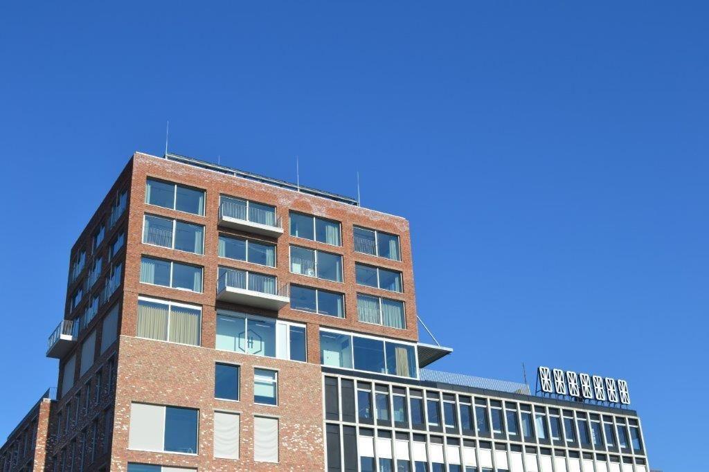 Het 42 meter hoge torenvolume torent trots boven de rest van de omgeving uit. (Foto: Liesbeth Janssens)