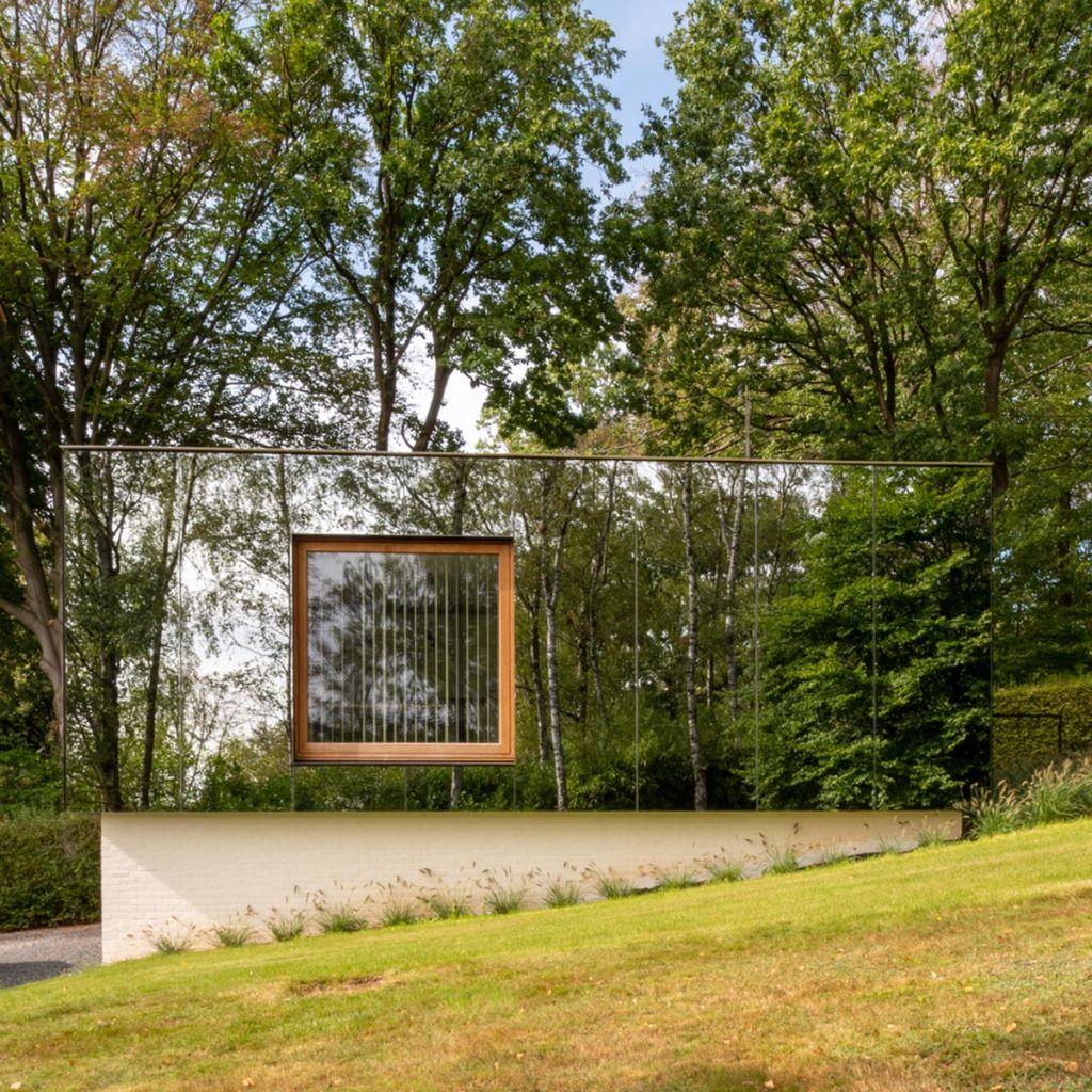 Un bureau d'architecture à l'épatant bardage miroir