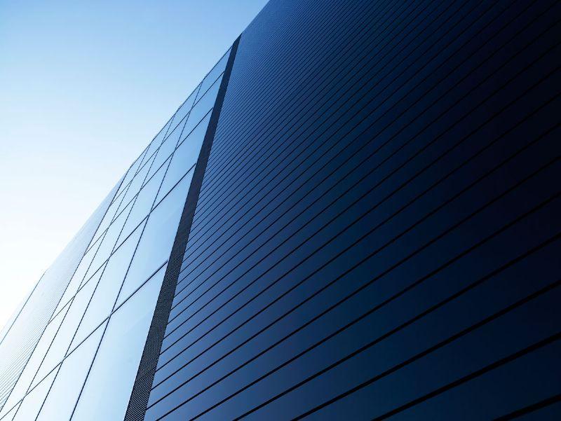 De gevels van het imposante complex zijn sterk beglaasd. Voor het overige zijn ze opgebouwd uit hoogisolerende zwarte sandwichpanelen.