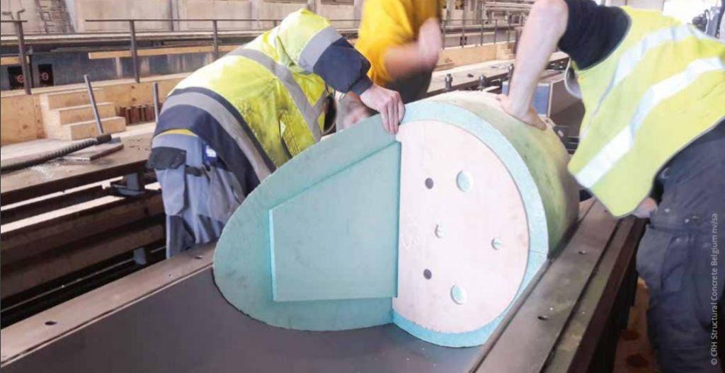 Voor de V-kolommen werden extra mallen van geëxtrudeerd polystyreen in de bekisting gelegd om de schuine voet precies te kunnen gieten.