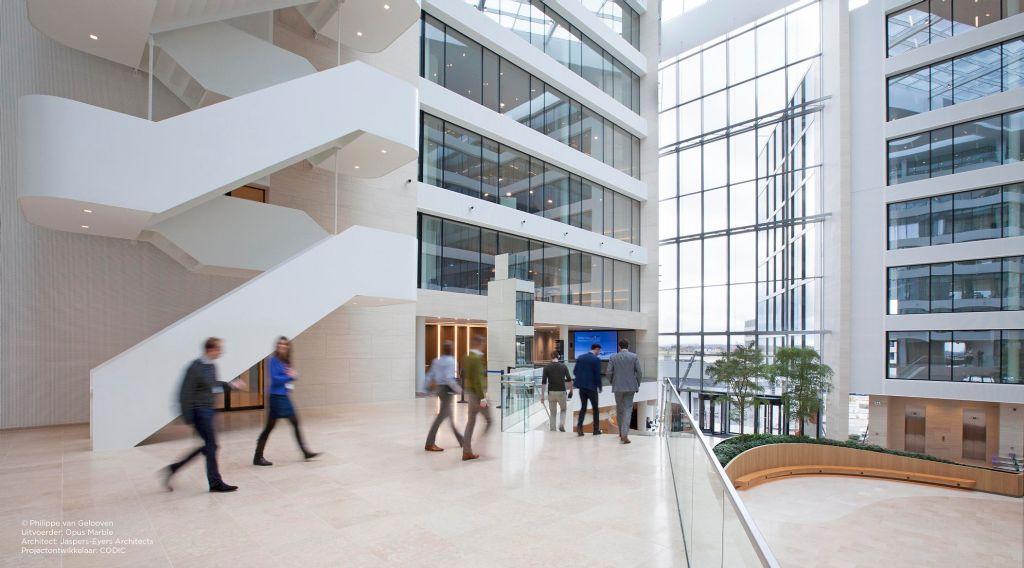 Beige kalksteen Sinai Pearl geeft kantoorgebouw op luchthaven extra cachet