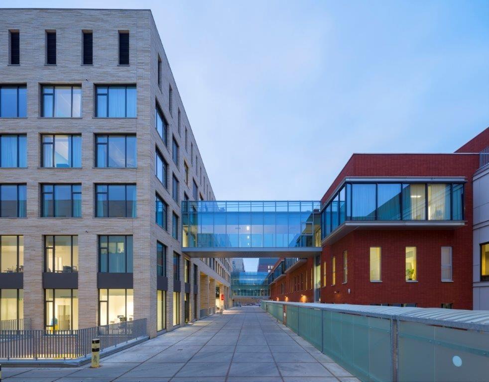 Het ziekenhuis voor vrouw, kind en erfelijkheid is bekleed met een zandkleurige baksteen. Het bevallingskwartier is door middel van een loopbrug verbonden met de neonatale intensive care in een ander gebouw. (Beeld: Ruimtesinbeeld)