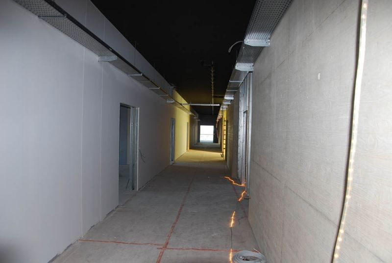 De gangen van de nieuwbouw krijgen een zwart plafond, betonnen wanden en vloeren en zichtbare technieken.