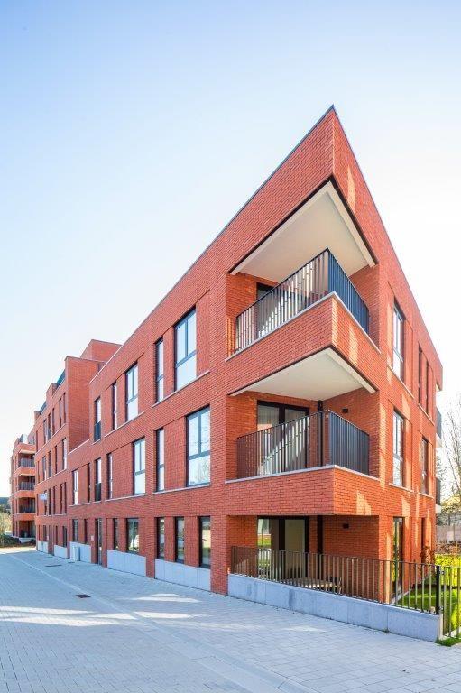 Met zijn rode baksteengevels brengt De Blekerij opnieuw kleur in het straatbeeld. (Beeld: De Architecten NV en Hugo Van Beveren)