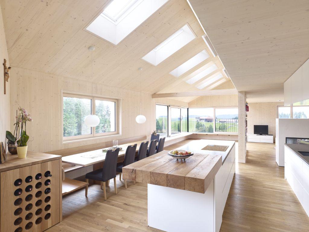 Du bois durable de la forêt à la fenêtre de toit
