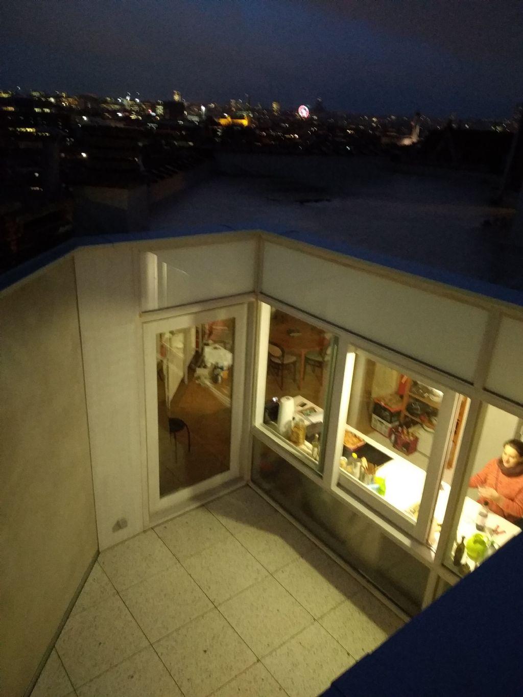 Dakappartement in oud kantoorgebouw te Brussel: het simpele vloerplan en de patio maken veel toekomstige bezettingen mogelijk