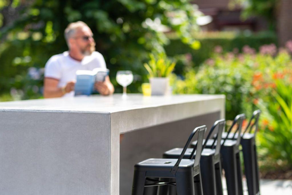 Une table polie vous donne des impressions de force, d'élément serré et gracieux. Il défie toutes les saisons, mais constitue un support surtout en été.