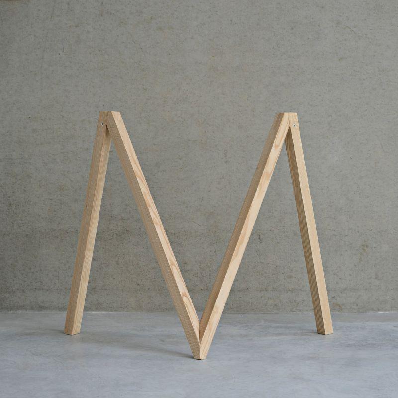 De houten poten zijn inklapbaar tot een stok.