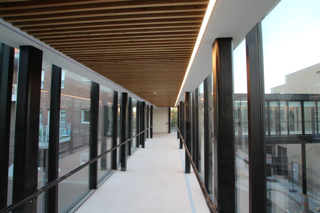 De nieuwbouw is via passerelles verbonden met Centrum Van Koekenbeek en woonzorgcentrum Zonnig Huis.