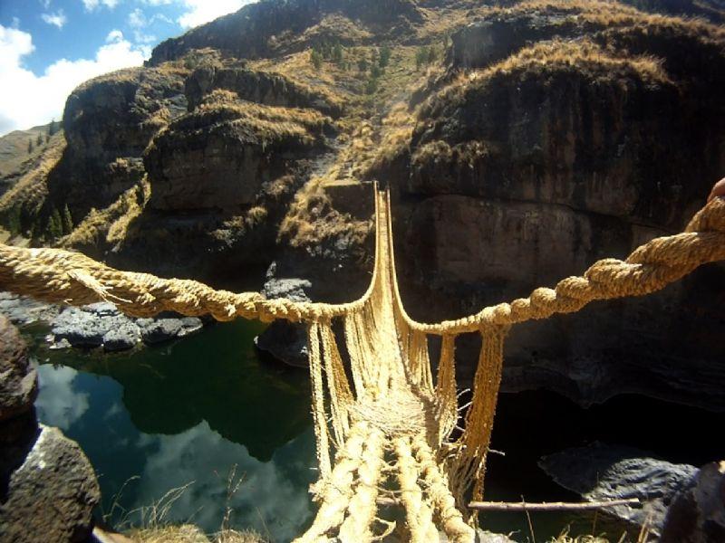 """""""Op enkele kilometers van Machu Picchu staat een brug gemaakt door de Inca's uit… gras."""""""