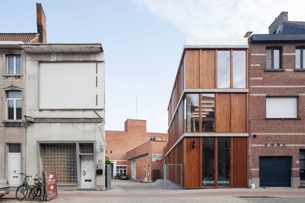Nieuwbouw dmvA ontworpen als toonzaal van bekwaamheid sociale werkplaats 't Atelier