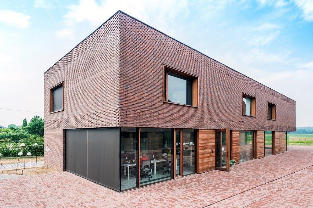 Het administratief blok heeft een plat dak en onderscheidt zich op die manier van de woonvolumes. (Foto: Marc Sourbron)