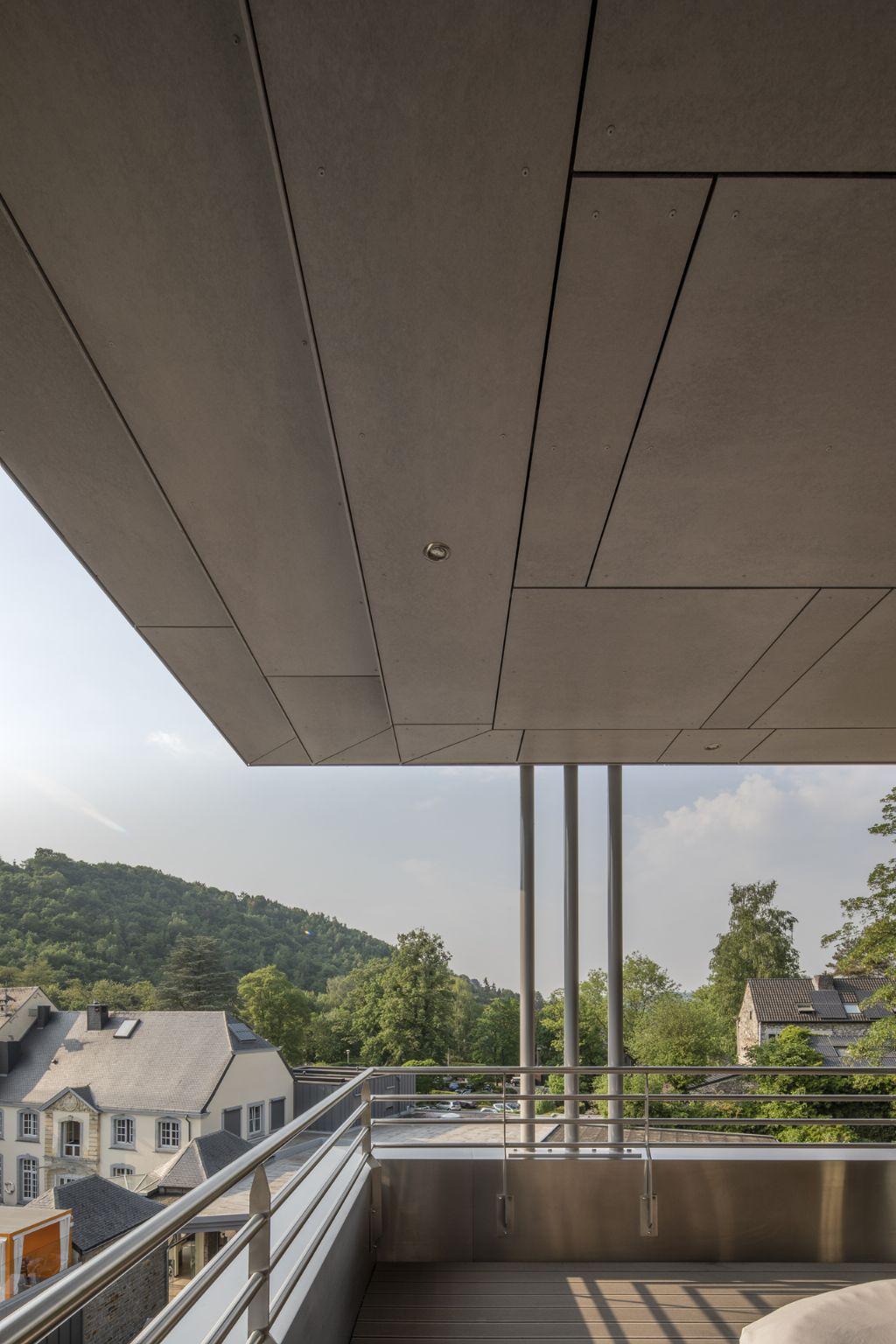 Luxeresort in de Ardennen met vezelcement plafondafwerking van SVK
