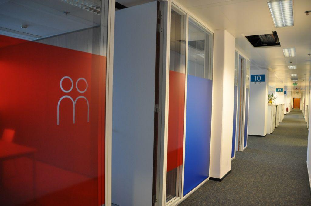 Renovatie van de RSZ-kantoren door het bedrijf Louis de Waele met het demonteren van de scheidingswanden voor hergebruik in een ander project van de aannemer in Brussel